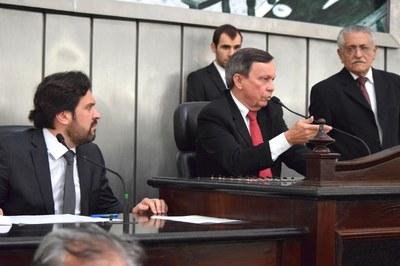 Sessão foi conduzida pelos deputados Luiz Dantas e Isnaldo Bulhões.JPG