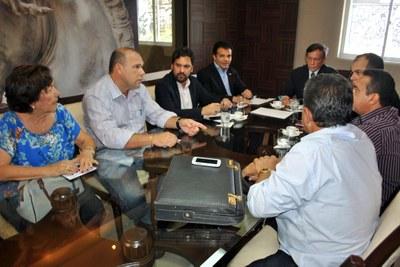 Presidente Luiz Dantas e membros da Mesa Diretora reunidos com representantes dos servidores da Assembleia 1.jpg