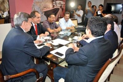Presidente Luiz Dantas e membros da Mesa Diretora reunidos com representantes dos servidores da Assembleia 2.jpg