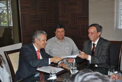 Presidente Luiz Dantas reunido com o coordenador Geral do Fórum de Combate à Corrupção, José Carlos Castro .jpg
