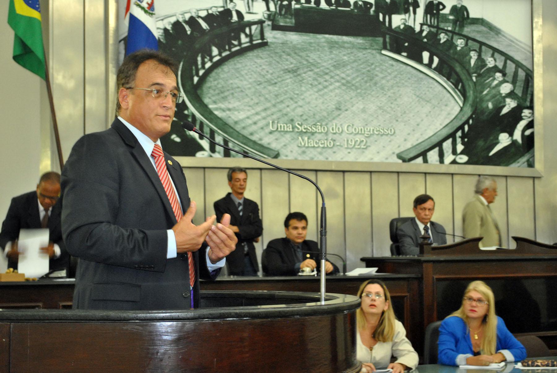 Deputado Galba Novaes durante sessão extraordinária.jpg