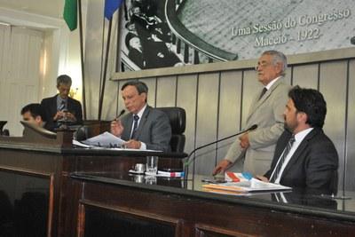 Presidente Luiz Dantas durante sessão extraordinária.jpg