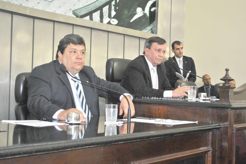 Mesa diretra foi composta pelos deputados Edval Gaia e Luiz Dantas, que presidiu a sessão.JPG
