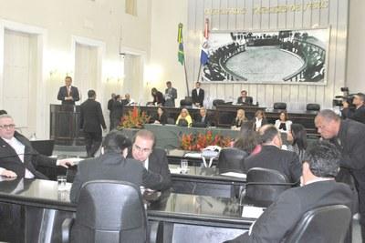 Dezesseis deputado estiveram presentes na sessão plenária.JPG