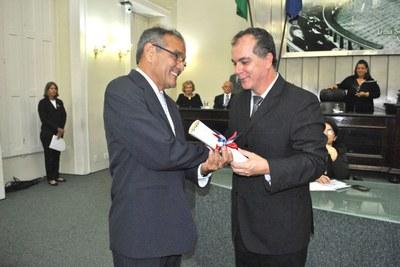 Professor Rostand Lanverly recebe o título de cidadão honorário de Alagoas pelo deputado Ronaldo Medeiros.JPG