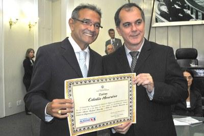 Rostand Lanverly recebe o título de cidadão honorário de Alagoas pelo deputado Ronaldo Medeiros.JPG