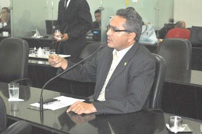 Deputado Franscisco Tenório fala após pedido de aparte.JPG