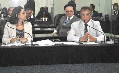 Deputados Jó Pereira e Pastor João Luiz atentos às palavras de Galba Novaes.JPG