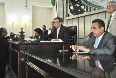 Presidente Luiz Dantas durante sessão ordinária.jpg