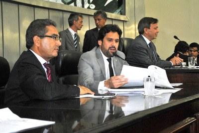 Deputado Isnaldo Bulhões leu o relatório da LOA que foi aprovada pelos legisladores.JPG