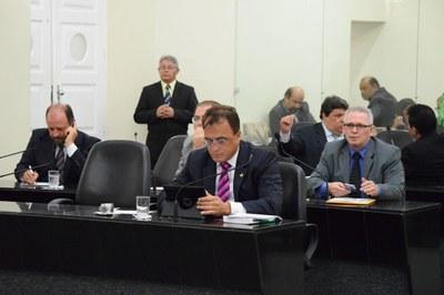 Quartoze deputados iniciaram a sessão desta terça.JPG