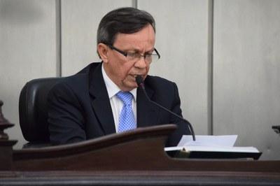 Presidente Luiz Dantas faz leitura da nota de pesar.JPG