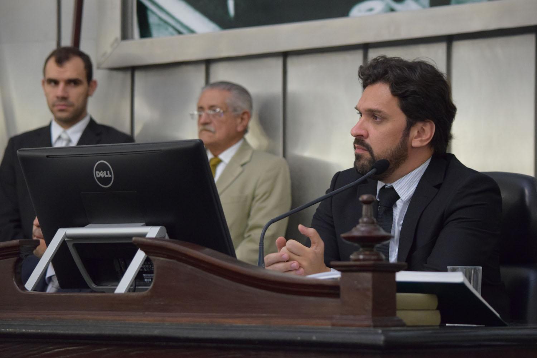 Deputado Isnaldo Bulhões presidiu a sessão desta quinta-feira.JPG
