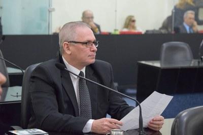 Deputado Pastos João Luiz atento a sessão.JPG