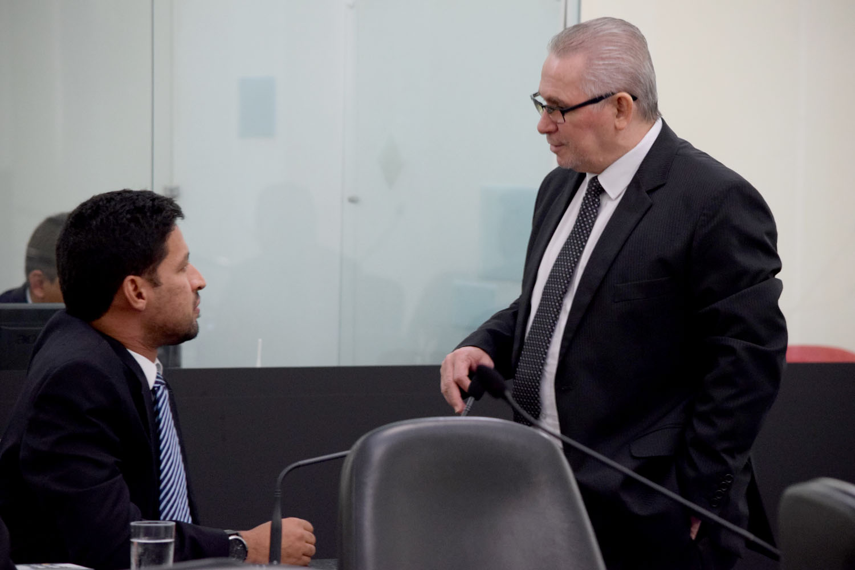 Deputados Rodrigo Cunha e Pastor João Luiz conversam durante a sessão.JPG
