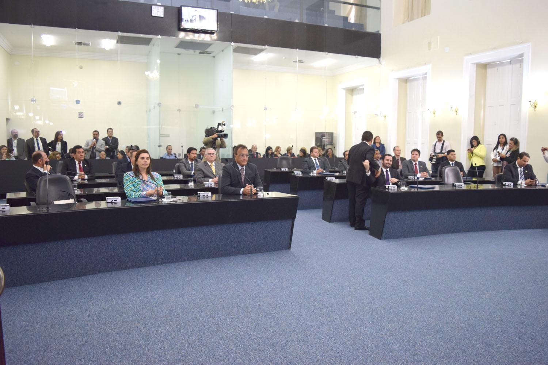 Deputados atentos ao evento.JPG