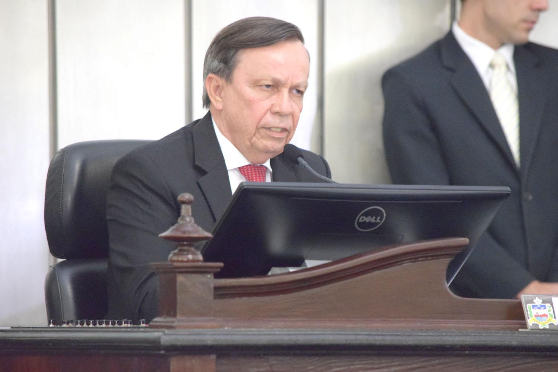 Presidente Luiz Dantas discussando.JPG