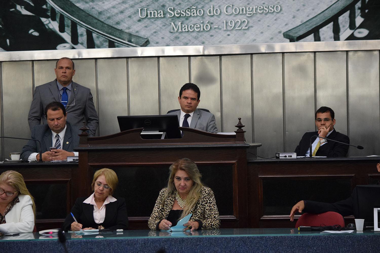Sessão chegou a ser presidida pelo deputado Marcelo Victor.JPG