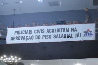 Policiais Civis acompanharam a sessão até o final.JPG