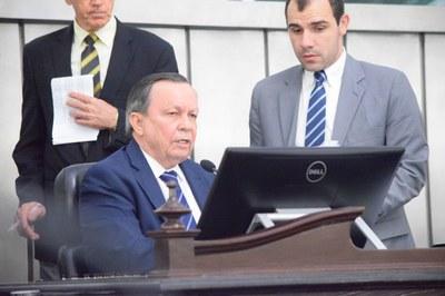 Deputado Luiz Dantas presidiu mais uma sessão.JPG