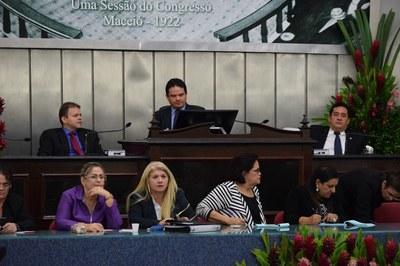 Sessão foi conduzida pelos deputados Marcelo Victor, Léo Loureiro e Severino Pessoa.JPG