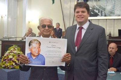 José Aloísio da Cunha recebe, do deputado Davi Davino, comeda Divaldo Suruagy.JPG