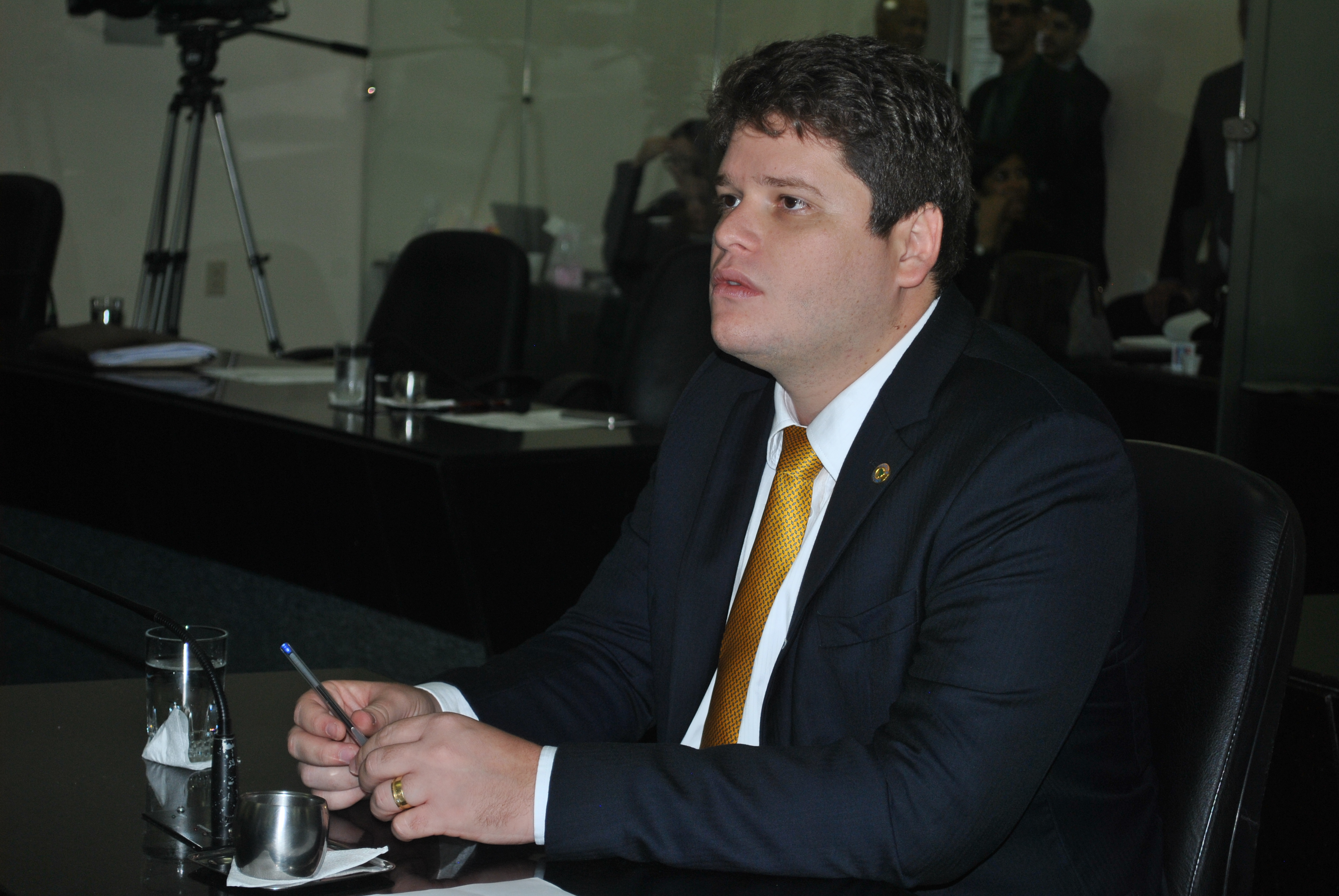 Davino destaca decisão judicial que suspende obrigação das faculdades de pagar o Fies