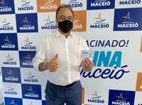 Galba Novaes é vacinado em Maceió e incentiva população a se imunizar