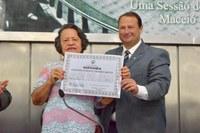 Educadora Maria Valderez é homenageada com a Comenda Tavares Bastos