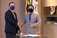 Ronaldo Medeiros toma posse e promete defesa do serviço público